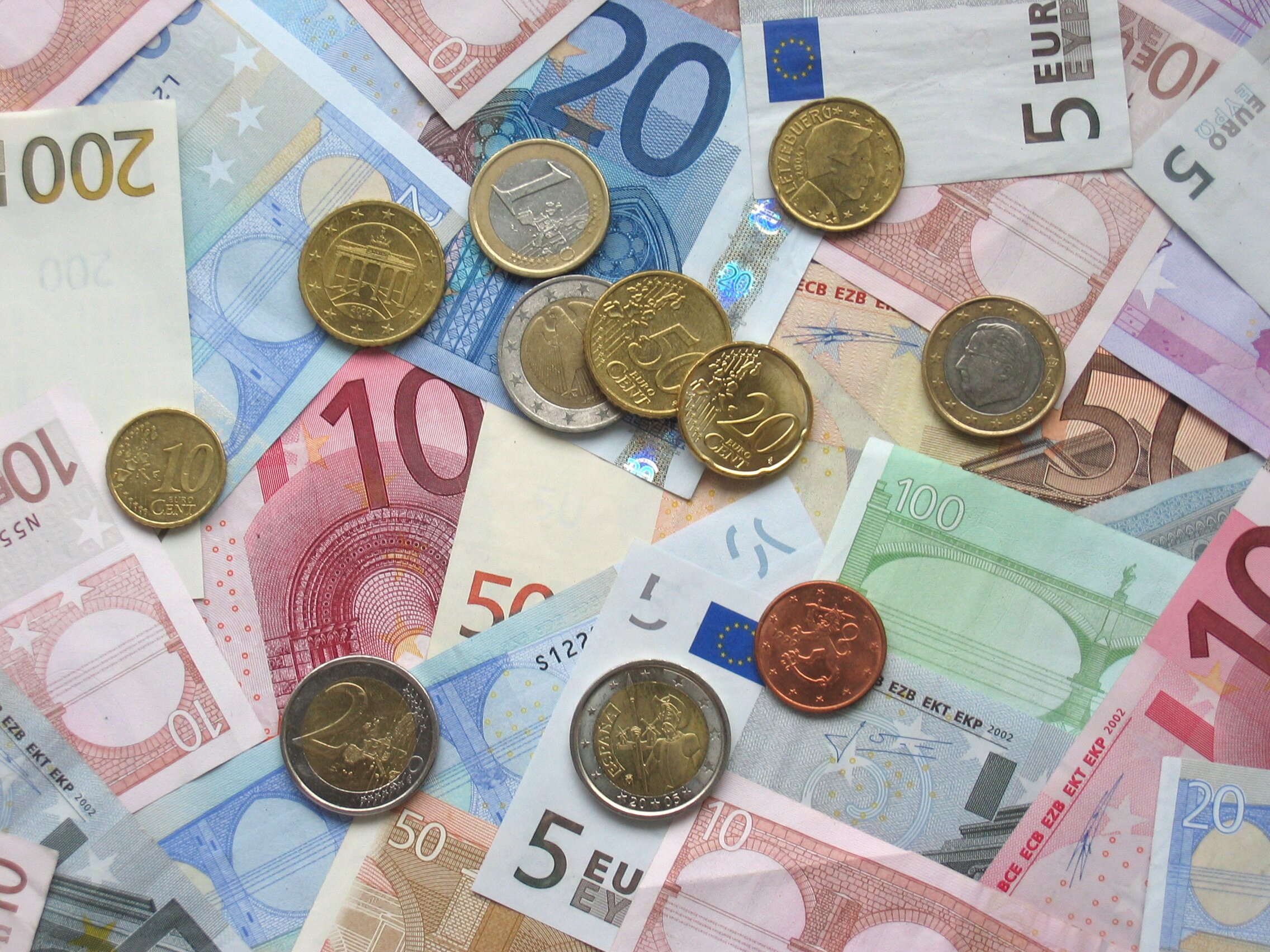 Hungarians working abroad send home less money